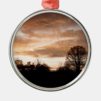 日没は木のシルエットを描きます メタルオーナメント