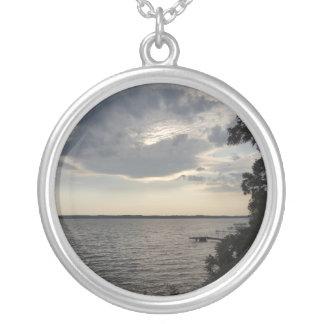 日没はCayuga湖NYを曇らせます シルバープレートネックレス