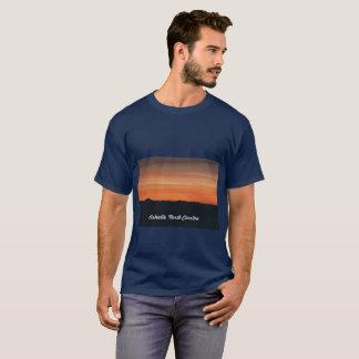 日没場面の人の濃紺のTシャツ Tシャツ