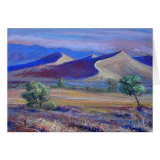 日没砂丘、遠い山および木カード カード