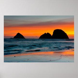 日没、海の積み重ね、オーシャンサイド、オレゴン、米国 ポスター