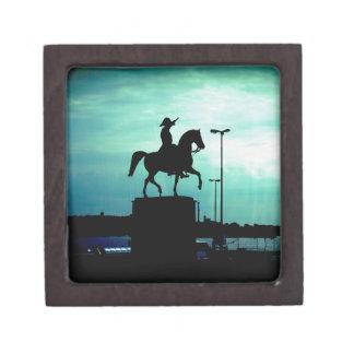 旧世界の戦士Statuが付いている乗馬のシルエット ギフトボックス