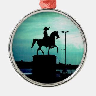 旧世界の戦士Statuが付いている乗馬のシルエット メタルオーナメント