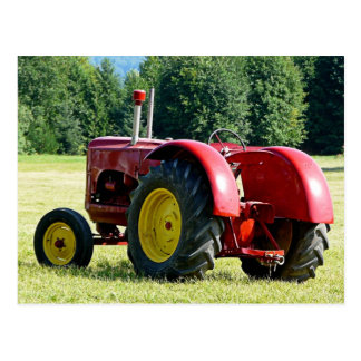 旧式で赤い農場トラクター ポストカード