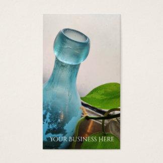 旧式なガラスビンの花の青い窓 名刺