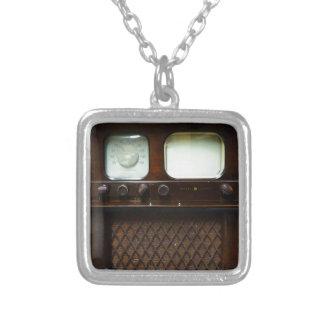 旧式なテレビおよびラジオ シルバープレートネックレス