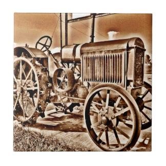 旧式なトラクターの農機具のクラシックのセピア色 タイル