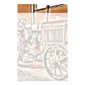 旧式なトラクターの農機具の古典のセピア色 便箋