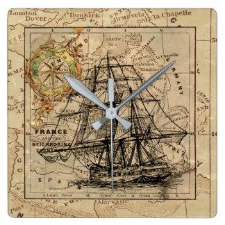 旧式なヨーロッパの地図の船の帆航海のな海兵隊員 スクエア壁時計