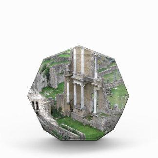 旧式なローマの円形劇場の台なし 表彰盾