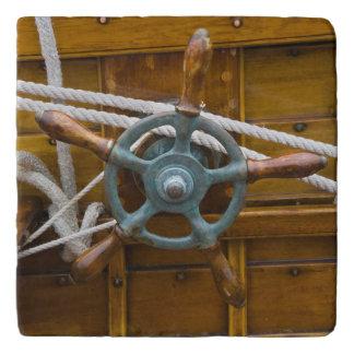 旧式な木のボート トリベット