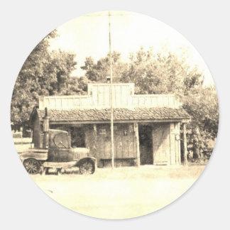 旧式な自動車が付いているヴィンテージの雑貨店 ラウンドシール