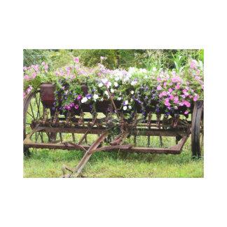 旧式な農機具の花壇 キャンバスプリント