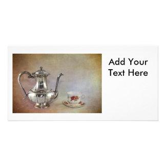 旧式な銀製の茶ポットおよび骨灰磁器のコップ カード