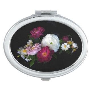 旧式のバラの花の密集した鏡