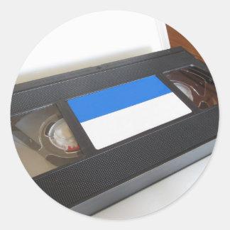 旧式のビデオカセット。 テーブルの古いビデオテープ ラウンドシール