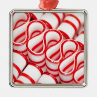 旧式の赤と白のリボンキャンデー メタルオーナメント