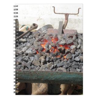 旧式の鍛治屋の炉。 非常に熱い石炭 ノートブック