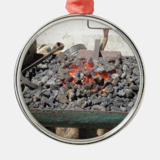 旧式の鍛治屋の炉。 非常に熱い石炭 メタルオーナメント