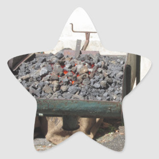 旧式の鍛治屋の炉。 非常に熱い石炭 星シール