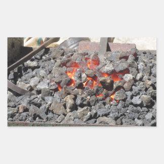 旧式の鍛治屋の炉。 非常に熱い石炭 長方形シール