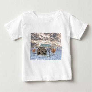 早い冬の納屋場面 ベビーTシャツ