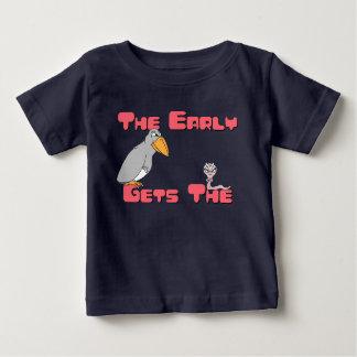 早い鳥はみみずのTシャツを得ます ベビーTシャツ