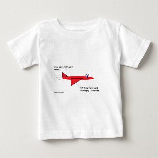 早く飛行Flynn飛行中の赤いジェット機の飛行機 ベビーTシャツ