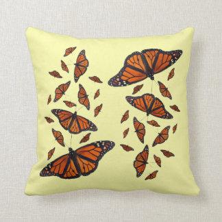 (昆虫)オオカバマダラ、モナークのメドレーの枕(浅い黄色) クッション
