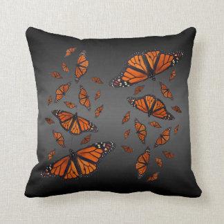 (昆虫)オオカバマダラ、モナークのメドレーの枕(灰色か黒) クッション