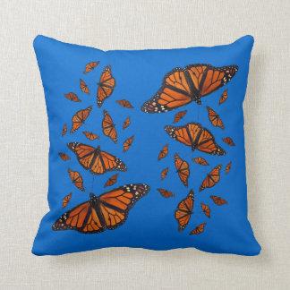 (昆虫)オオカバマダラ、モナークのメドレーの枕(青い) クッション