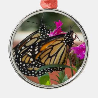 (昆虫)オオカバマダラ、モナークは#1優れた円形のオーナメントを結び付けます メタルオーナメント