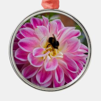 《昆虫》マルハナバチが付いているピンクの花 シルバーカラー丸型オーナメント