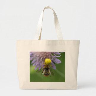 《昆虫》マルハナバチを持つくも(Misumenaのvatia)を斜め飛行して下さい ラージトートバッグ
