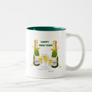 明けましておめでとうのシャンペンのお祝いのプリント ツートーンマグカップ