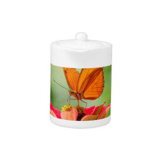 明るいオレンジガーベラのデイジーの華麗な蝶