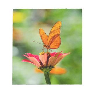 明るいオレンジガーベラのデイジーの華麗な蝶 ノートパッド