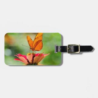 明るいオレンジガーベラのデイジーの華麗な蝶 ラゲッジタグ