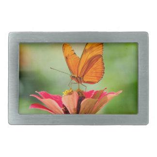 明るいオレンジガーベラのデイジーの華麗な蝶 長方形ベルトバックル