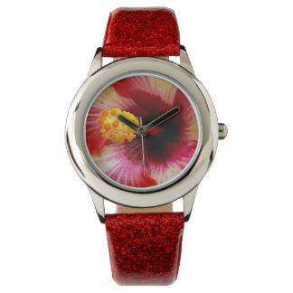 明るいハイビスカスは腕時計の上で閉まります 腕時計