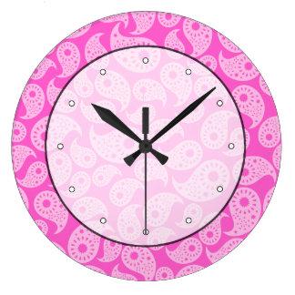 明るいピンクおよびパステル調ピンクペーズリー ラージ壁時計