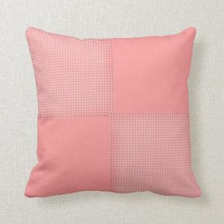明るいピンクのギンガム クッション
