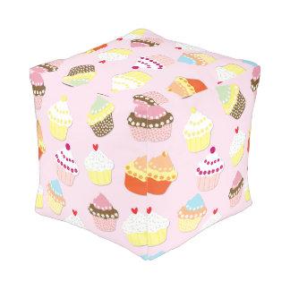 明るいピンクのバレンタインのコップのケーキ プーフ