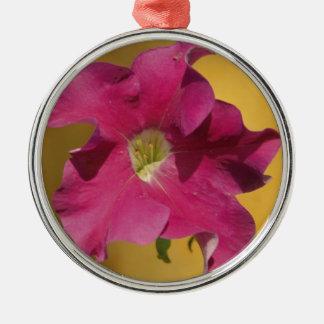 明るいピンクのペチュニアの花 メタルオーナメント