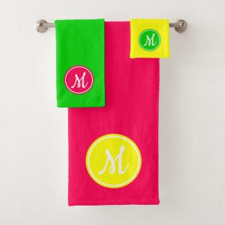 明るいピンクの緑および黄色のモノグラム バスタオルセット