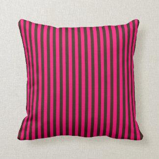明るいピンクの黒のストライブ柄は気違いのお茶会を模造します クッション