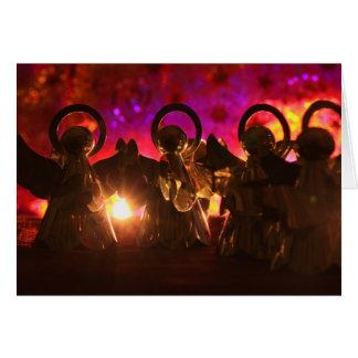 明るいライトおよび赤い背景のための4つの天使 カード