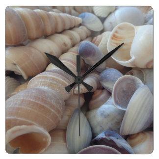 明るい夏の海の貝。 ロマンチックで、エキゾチックな熱帯 スクエア壁時計