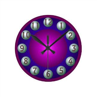 明るい次元のはっきりしたでカラフルな同世代の人 ラウンド壁時計