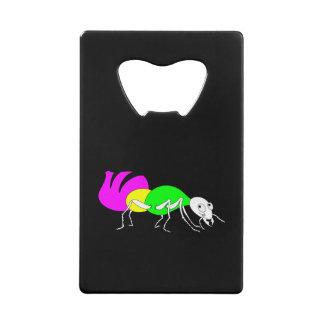 明るい着色された腹部を搭載するかわいい漫画の蟻 クレジットカード栓抜き